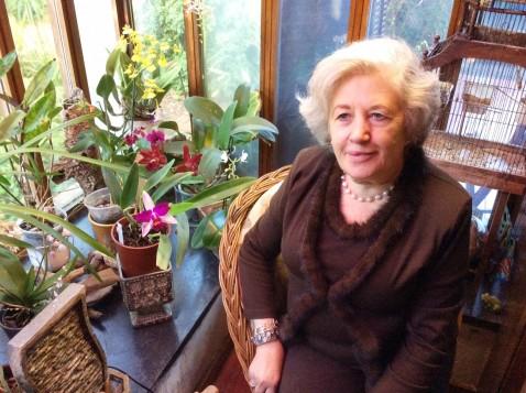 Graziela, junto às orquídeas, no cantinho mais aconchegante de sua casa no Porto.