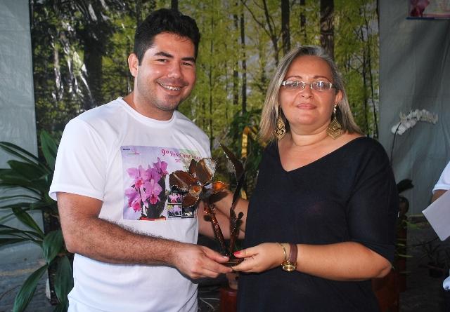 Melhor Espécie Estrangeira: Michelle Canário recebe de Marcelo Carvalho, diretor técnico-científico da ACEO.