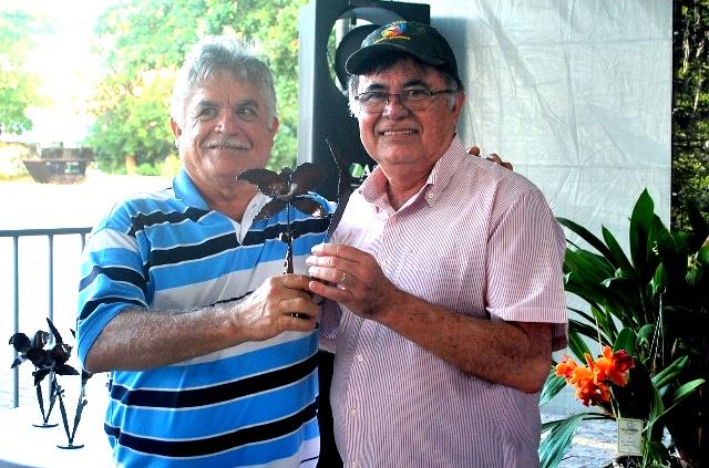 Melhor Híbrido: Edmilson Costa (E) recebe de Italo Gurgel, diretor de Comunicação da ACEO.
