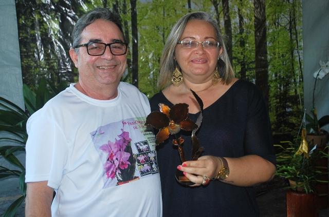 Melhor Cultivo: Michelle Canário recebe o troféu das mãos de Thomaz Sidrin.