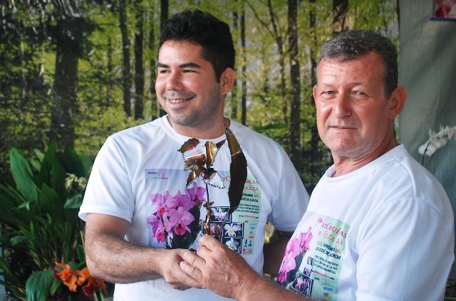 Melhor Cattleya labiata: Rogério Sella (D) recebe das mãos de Marcelo Carvalho.