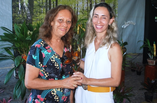 Melhor Espécie Brasileira: Vera Coelho (E) recebe o troféu das mãos de sua filha, Juliana, vice-presidente da ACEO.