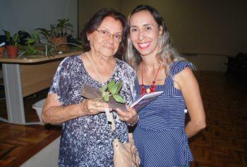 Hora dos sorteios: Terezinha (à esquerda) recebe uma planta das mãos da vice-presidente Juliana Coelho.
