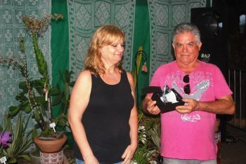 A uruguaia Stella Rubo repassa o troféu a Edmilson