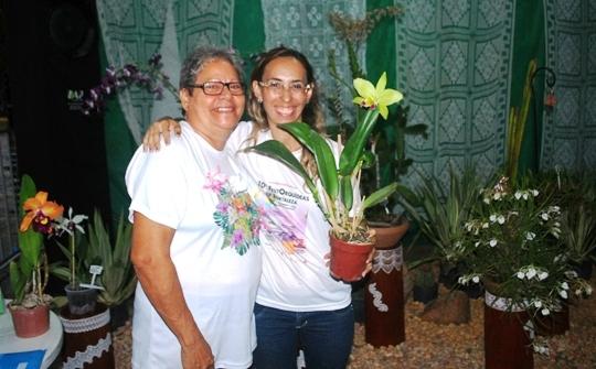Visitantes vieram de vários Estados. Aqui, a presidente da ACEO, Juliana Coelho (à dir.), confraterniza com Amália Paiva, da Paraiba