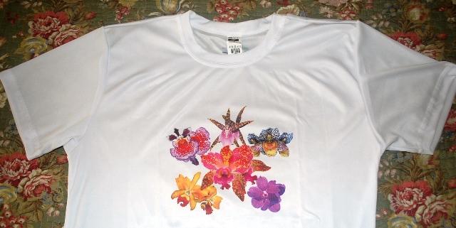 As camisetas, brancas, foram confeccionadas em 100% poliéster.